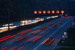 Eine Geschwindigkeitsüberschreitung auf der Autobahn bedeutet meist weniger Bußgeld als innerorts.