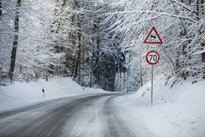 Geschwindigkeitsüberschreitungen bei schlechtem Wetter gehen meist wenig glimpflich aus.