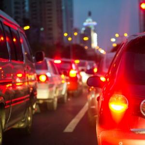 Im Stadtverkehr lässt sich an einer Ampel auch ein Blitzer finden.