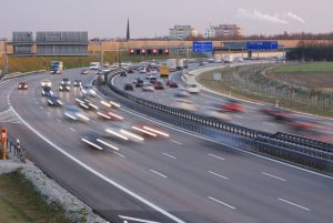 Die auf der Autobahn geltende Geschwindigkeit muss eingehalten werden.