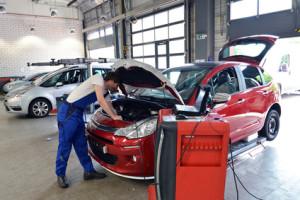 Bei der Hauptuntersuchung werden alle relevanten Fahrzeugteile überprüft.