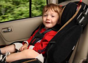 Kinder auf dem Beifahrersitz sollten besonders gut gesichert werden.