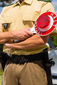 Bei einer Polizeikontrolle müssen Sie den Anweisungen des Polizisten Folge leisten.