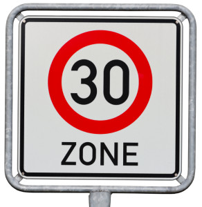 In einer Tempo-30er-Zone dürfen Sie höchstens 30 km/h fahren.