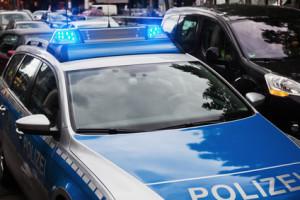 Eine Verkehrskontrolle wird von Polizeibeamten durchgeführt.