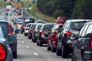 Sind Sie zu schnell auf der Autobahn unterwegs, können Unfälle und Staus drohen.
