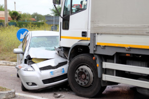 Aufgrund einer hohen Geschwindigkeit beim LKW kann es zu schweren Auffahrunfällen kommen.