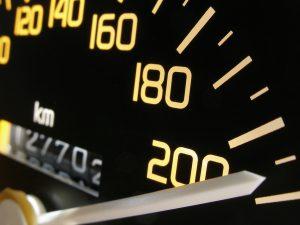 Überschreiten Sie die Höchstgeschwindigkeit mit einem LKW, kann schnell ein Unfall passieren.