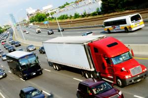 Die Höchstgeschwindigkeit für LKW auf der Autobahn beträgt laut StVO 80 km/h.