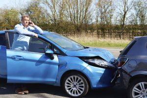 Eine Unfallflucht sollten sie nicht begehen - warten Sie lieber am Fahrzeug, wenn kein Beteiligter in Sicht ist.