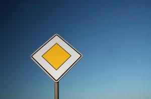 Die Fahrzeuge auf einer Vorfahrtsstraße haben an Kreuzungen fast immer Vorfahrt.