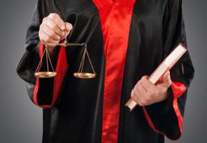Einen Bußgeldbescheid zu prüfen - zum Beispiel wenn Sie geblitzt wurden - kann auch ein Anwalt für Sie übernehmen.