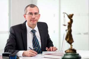 Einspruch erheben können Sie alleine - oder mit einem Anwalt.
