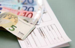 Die Bußgeldbescheid-Gebühren belaufen sich auf mindestens 25 Euro.