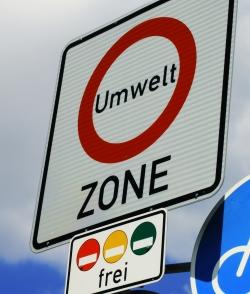 Das Befahren einer Umweltzone ohne gültige Plakette kostet nach neuem Bußgeldkatalog bereits 80 Euro.