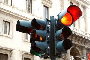 Blitzer in Deutschland blitzen an roten Ampeln oft zweimal.
