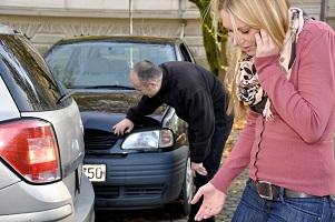 Parkplatzunfälle passieren! Verhalten Sie sich korrekt, reguliert die Versicherung die Schäden.