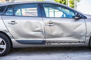 Nach einem Parkschaden kann Anzeige erstattet werden, vor allem wenn der Schädiger den Unfallort verlassen hat.