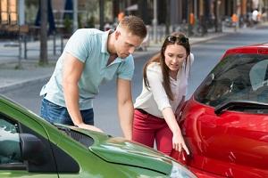 Was tun bei einem Parkschaden? Unter anderem müssen Sie den Unfall Ihrer Versicherung melden.