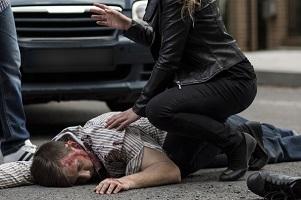 Kommt es zu einem tödlichen Unfall, beispielsweise wird ein Mann überfahren, ist umgehend die Polizei zu rufen.