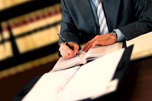 Möchten Sie Schmerzensgeld nach einem Unfall einklagen, wenden Sie sich an einen Anwalt.