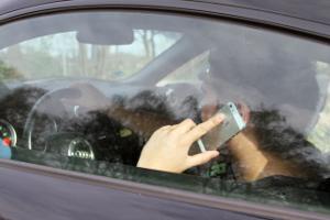 Wer geblitzt wird mit dem Handy am Ohr, könnte sich gleich zwei Ordnungswidrigkeiten schuldig machen.