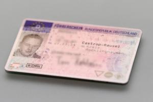 Der Bußgeldkatalog sieht für Geschwindigkeitsüberschreitung außerorts auch ein Fahrverbot vor.