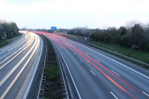 Eine Geschwindigkeitsüberschreitung außerhalb geschlossener Ortschaften zieht Sanktionen nach sich.