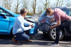 Verursacht ein Kfz-Fahrer einen Unfall, wird ein Gutachter ab einer gewissen Schadenshöhe beauftragt.