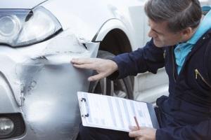 Bei einem Unfall wird die Abrechnung nach einem Gutachten in der Regel an die Versicherung weitergeleitet.
