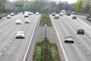 Bei Verstößen auf der Autobahn ist das Bußgeld für eine Geschwindigkeitsüberschreitung geringer als innerorts.