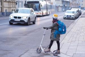 Eine Geschwindigkeitsüberschreitung auf der Landstraße wird geringer sanktioniert als ein Verstoß innerorts.