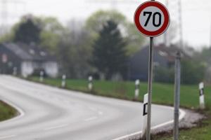 Fahren Sie auf der Landstraße 40 km/h zu schnell, kann das in bestimmten Fällen ein Fahrverbot bedingen.