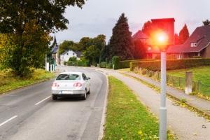 Werden Sie außerorts geblitzt, hängen die Sanktionen auch von Straßentyp und Fahrzeug ab.