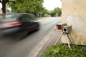 Eine Geschwindigkeitsübertretung wird außerorts anders sanktioniert als innerorts.
