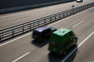 Eine Geschwindigkeitsüberwachung durch Nachfahren findet meist auf der Autobahn statt.